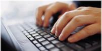 Foto: Hände auf einer Tastatur